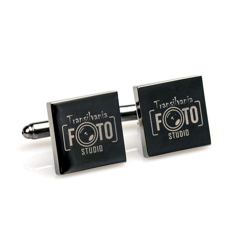 Pe suprafata butonilor se pot grava initiale, de asemenea un poza, simbol sau logo Realizati din otel inoxidabil de cea mai buna calitate Un cadou perfect pentru un barbat cu stil