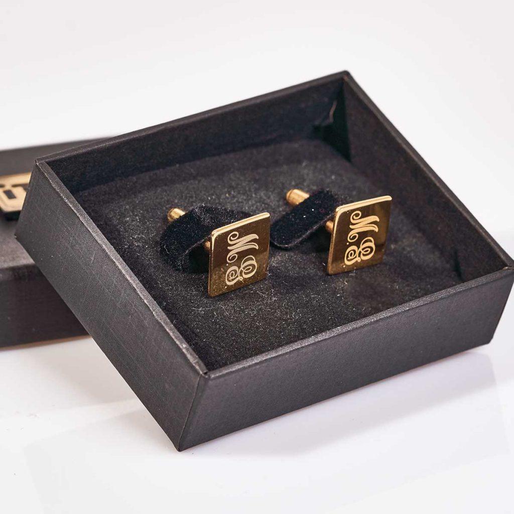 butoni-argint-placat-aur-personalizati-square-cadou